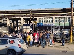 Десятки сотрудников ГАЗа столпились на проходной завода вопреки предписанным мерам безопасности