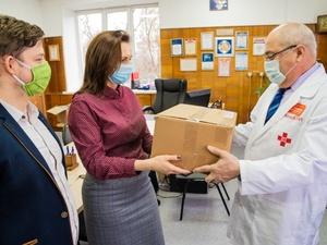 Полтысячи защитных костюмов получила нижегородская больница № 40 от благотворительного фонда