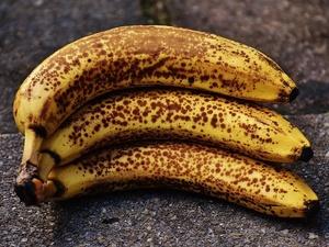Ученые выяснили, кому опасно есть бананы