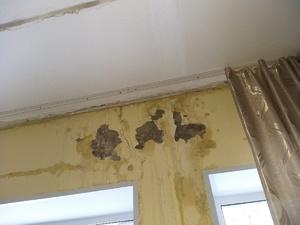 Крыши домов в Дзержинске чинят от протечек после очистки кровель от наледи