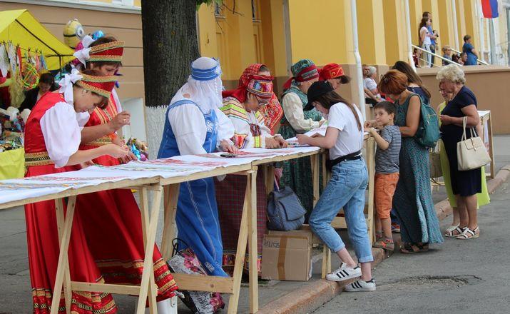 Нижегородцы вышили 25-метровый «Рушник дружбы» в День России - фото 15
