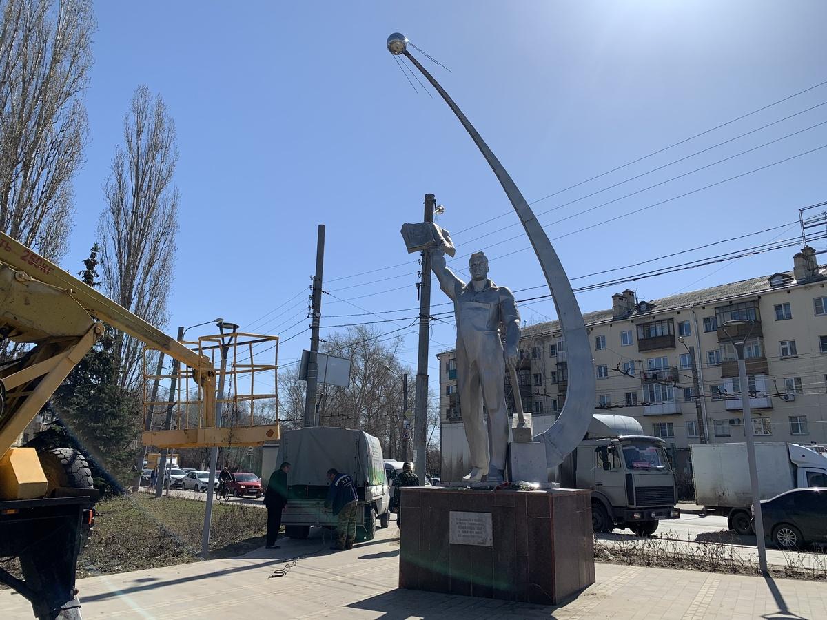 Спутник вернули памятнику космонавту Комарову в Ленинском районе - фото 1