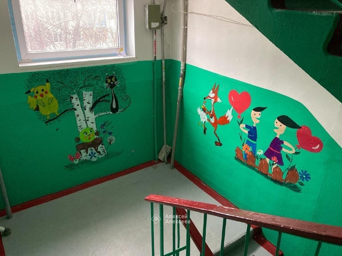 Медсестра из Дзержинска украсила стены подъезда героями аниме и сказок - фото 1