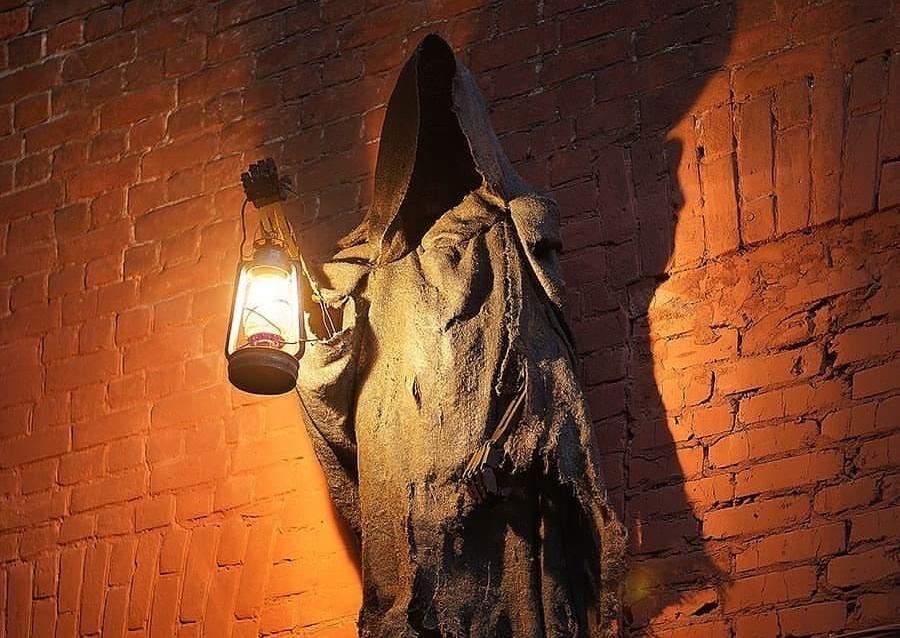Смерть с фонарем «поселилась» на Рождественской - фото 1
