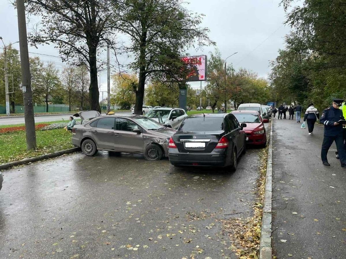 Водитель умер после столкновения четырех иномарок на улице Родионова - фото 1