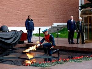 Частица Вечного огня отправилась от стен Кремля на мемориал энергетикам-героям