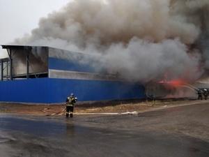 Пожарный поезд задействуют для тушения склада на Федосеенко