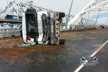 На закрытом Борском мосту произошло ДТП с грузовым «Мерседесом»: водитель не справился с управлением (ФОТО)