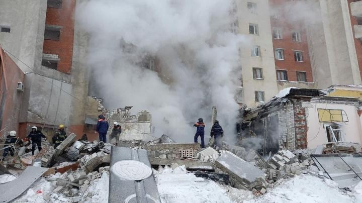 Жителям пострадавшего от взрыва газа дома на Мещерском бульваре предоставили автобусы для обогрева - фото 1