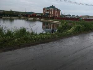 Автомобиль врезался в магазин в Пильнинском районе и улетел в пруд