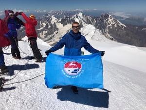 Болельщики «Торпедо» установили флаг команды на вершине Казбека (ВИДЕО)