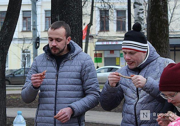 Чемпионы по поеданию ребрышек съели порцию за три минуты в Чернопрудском сквере - фото 16