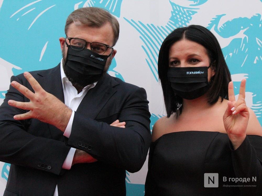 Маски на красной дорожке: звезды кино приехали на «Горький fest» в Нижний Новгород - фото 1
