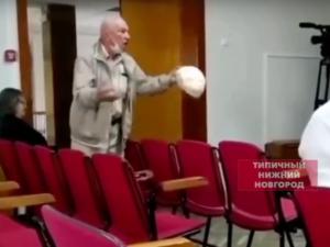 Соцсети: возмущенный пенсионер отчитал главу кстовской администрации