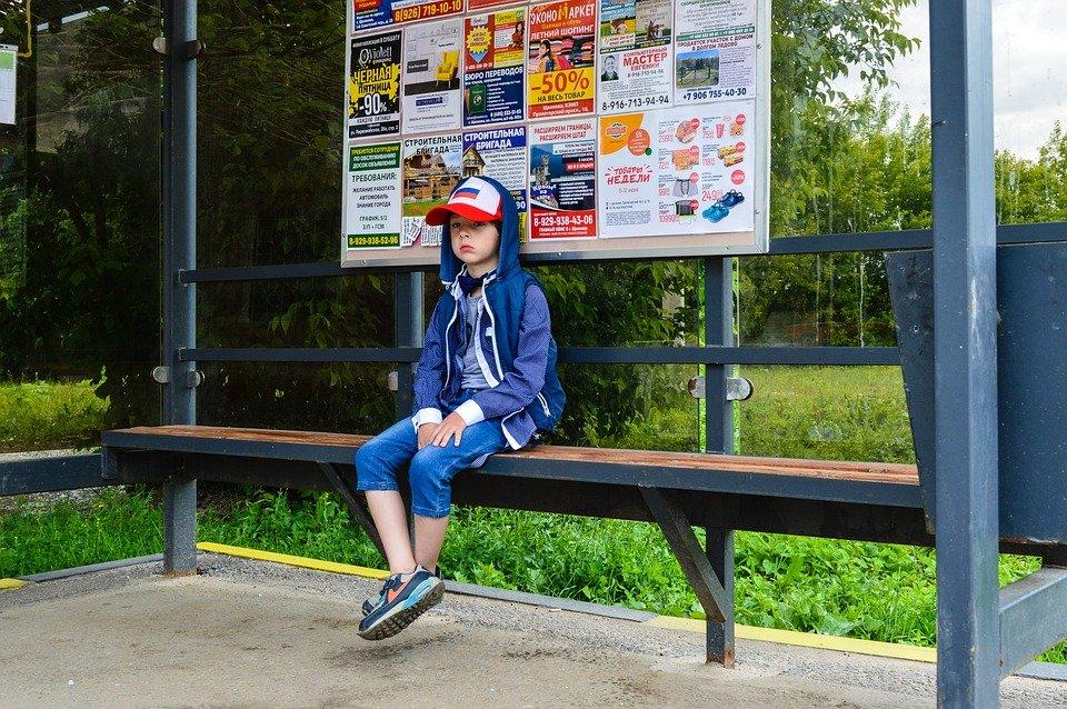 Почему в России заставляют детей уступать место в транспорте и правильно ли это - фото 2