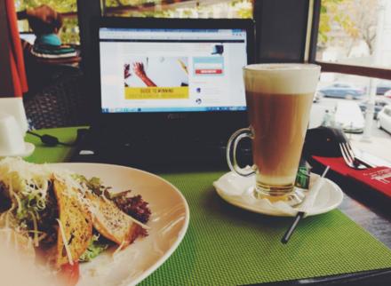 Четыре веские причины перестать обедать прямо на рабочем месте