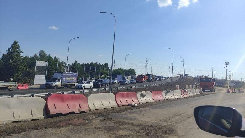 Пробка образовалась на въезде в Нижний Новгород из-за изменения схемы движения в Ольгине - фото 1