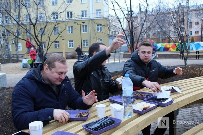 Чемпионы по поеданию ребрышек съели порцию за три минуты в Чернопрудском сквере - фото 27