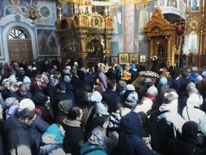 Церковный праздник победил самоизоляцию: верующие в Дивееве заполнили монастырь во время божественной литургии