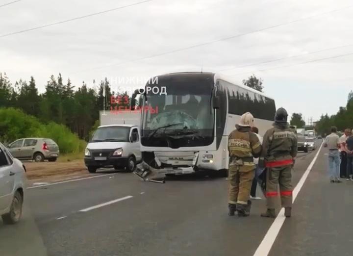 Автобус и легковушка столкнулись на въезде в Дзержинск - фото 1